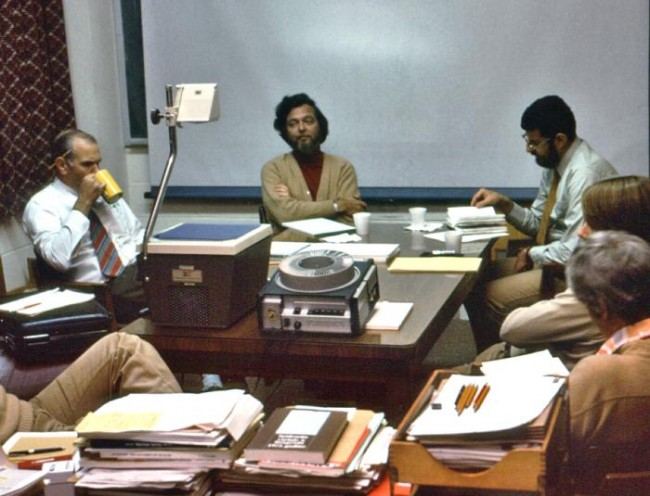 1976년 미국 질병통제예방센터에서 에볼라 발생 대책을 논의하는 장면. 가운데가 급성 전염병 분과 책임자인 칼 존슨 박사이고 오른쪽이 조엘 브레먼 박사다. 두 사람은 얼마 뒤 자이르로 가서 사태 파악과 수습에 최선을 다한다. - CDC 제공